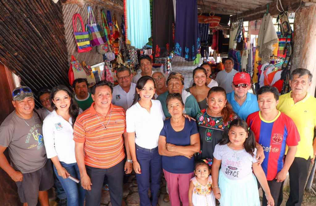 Laura Fernández apoya a artesanos de la Asociación 'Hunab Ku' 2