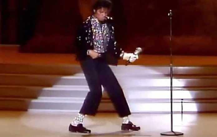 Subastarán calcetines que Michael Jackson usó cuando hizo el 'moonwalk'