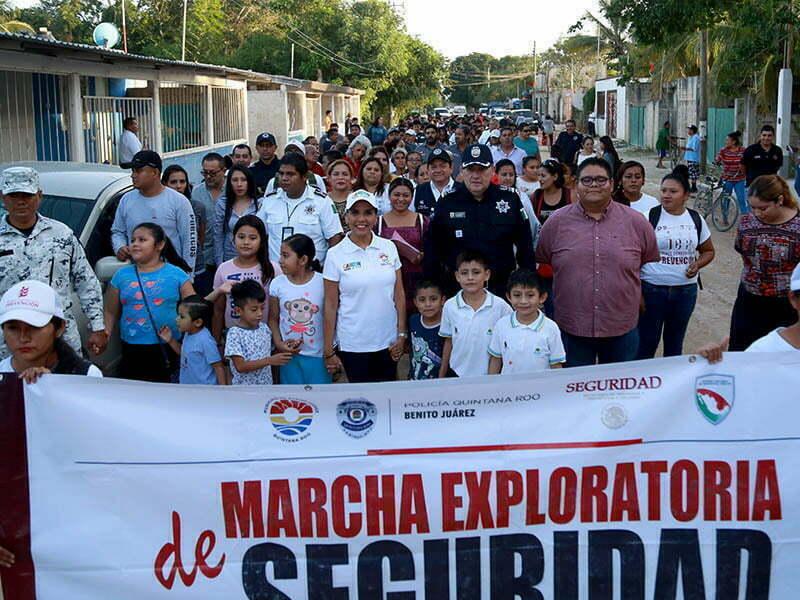 Mara Lezama marcha con mujeres de la colonia Avante