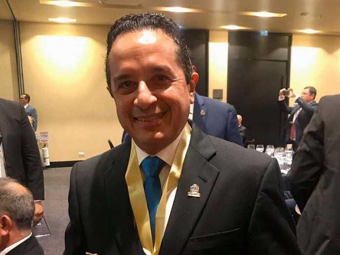 Carlos Joaquín recibe premio Gobernador Solidario e Incluyente