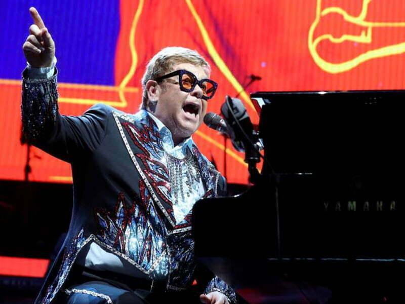 Elton John se enoja con guardias de seguridad durante un concierto